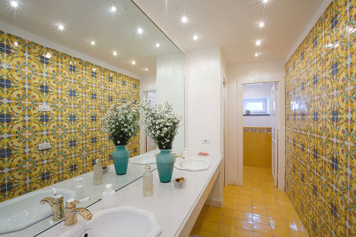 Pavimenti e rivestimenti for Piastrelle bagno tuscania